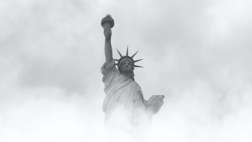 fotografía en blanco y negro del skyline de su ciudad favorita